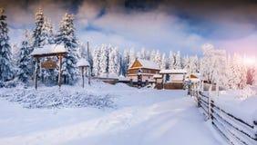 Ηλιόλουστο χειμερινό τοπίο στο ορεινό χωριό Στοκ Φωτογραφία