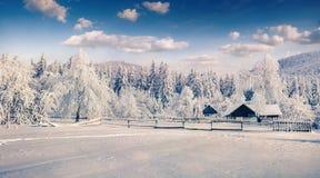 Ηλιόλουστο χειμερινό τοπίο στο ορεινό χωριό Στοκ φωτογραφίες με δικαίωμα ελεύθερης χρήσης