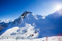 Ηλιόλουστο χειμερινό τοπίο των βουνών Καύκασου Στοκ εικόνα με δικαίωμα ελεύθερης χρήσης