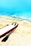 Ηλιόλουστο seascape παραλιών διακοπών με το γραφείο, την άμμο και τον ωκεανό κυματωγών ποσό Στοκ Εικόνες