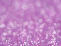 Η ιώδης περίληψη ακτινοβολεί υπόβαθρο με το bokeh μουτζουρωμένο μαλακό ροζ φω'των για το ρωμανικό υπόβαθρο, ελαφρύ κόμμα διακοπών Στοκ φωτογραφία με δικαίωμα ελεύθερης χρήσης