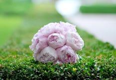 Η ιώδης ανθοδέσμη γαμήλιων λουλουδιών σε πράσινο βγάζει φύλλα Στοκ Εικόνες