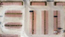 Η κάθετη εναέρια φωτογραφία που λαμβάνεται από έναν κενό χώρο στάθμευσης μιας καταναλωτικής αγοράς, αφαιρεί την εναέρια άποψη Στοκ εικόνες με δικαίωμα ελεύθερης χρήσης