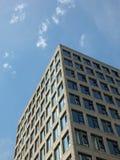 Η κάθετη ψαρευμένη άποψη γωνιών άσπρα υψηλά άσπρα συγκεκριμένα κτήρια με το φως του ήλιου και τον μπλε ηλιόλουστο ουρανό απεικόνι στοκ εικόνες