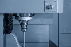 Η κάθετη CNC μηχανή όπλο-τρυπανιών που τρυπά το μέρος φορμών με τρυπάνι στοκ φωτογραφίες