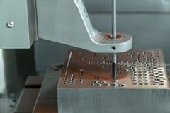 Η κάθετη CNC μηχανή όπλο-τρυπανιών που τρυπά το μέρος φορμών με τρυπάνι στοκ εικόνες