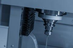 Η κάθετη CNC μηχανή όπλο-τρυπανιών που τρυπά το μέρος φορμών με τρυπάνι στοκ φωτογραφίες με δικαίωμα ελεύθερης χρήσης