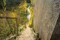 Η κάθοδος από τη γέφυρα σιδηροδρόμου κοντά στο χωριό Tokarev στοκ φωτογραφίες