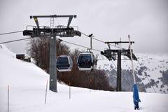 Η κάθοδος στην κοιλάδα μετά από μια ημέρα να κάνει σκι στοκ φωτογραφία