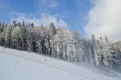 Η κάθοδος από τις κλίσεις σκι στο θέρετρο Bukovel - της Ουκρανίας Χειμερινοί αναψυχή και αθλητισμός Στοκ εικόνα με δικαίωμα ελεύθερης χρήσης