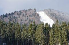 Η κάθοδος από τις κλίσεις σκι στο θέρετρο Bukovel - της Ουκρανίας Χειμερινοί αναψυχή και αθλητισμός Στοκ Φωτογραφία