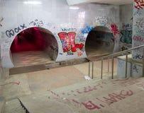 Η κάθοδος στο υπόγειο για τους πεζούς πέρασμα στοκ φωτογραφίες