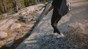 Η κάμερα ακολουθεί τη νέα πεζοπορία κοριτσιών τουριστών μόνο με το σακίδιο πλάτης στον καταπληκτικό άσπρο βράχο στο πάρκο ΗΠΑ Yos απόθεμα βίντεο