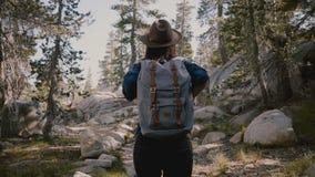 Η κάμερα ακολουθεί τη νέα πεζοπορία κοριτσιών τουριστών μόνο με το σακίδιο πλάτης επάνω στους όμορφους βράχους στο εθνικό πάρκο Y απόθεμα βίντεο