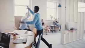 Η κάμερα ακολουθεί το άτομο ότι αφροαμερικάνων μπαίνει στο γραφείο που κάνει το χαρούμενο χορό της επιτυχίας, υψηλός-που οι πολυ- απόθεμα βίντεο