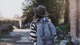 Η κάμερα ακολουθεί το όμορφο ταξιδιωτικό κορίτσι με το σακίδιο πλάτης που ερευνά τις καταστροφές του φόρουμ στη Ρώμη, που κοιτάζε φιλμ μικρού μήκους
