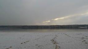 Η κάμερα απομακρύνεται ομαλά από το riverbank όπου οι νιφάδες χιονιού πέφτουν και λειωμένο μέταλλο απόθεμα βίντεο