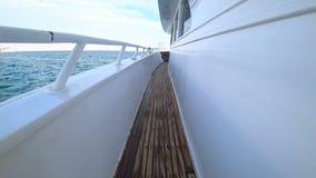 Η κάμερα αυξάνεται αργά επάνω αποκαλύπτει τη μακριά γέφυρα του γιοτ που στέκεται στη θάλασσα Μακρύ ξύλινο πάτωμα φιαγμένο από πίν απόθεμα βίντεο
