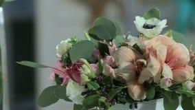 Η κάμερα βλασταίνει τα λουλούδια των τριαντάφυλλων, ανθοδέσμη στην κίνηση απόθεμα βίντεο