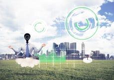 Η κάμερα διεύθυνε τη συνεδρίαση ατόμων στο λωτό θέτει στο σύννεφο ενάντια σε σύγχρονο Στοκ φωτογραφία με δικαίωμα ελεύθερης χρήσης