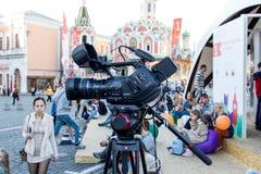 Η κάμερα είναι έτοιμη για τη ζωντανή ραδιοφωνική μετάδοση του γεγονότος στοκ φωτογραφία με δικαίωμα ελεύθερης χρήσης