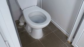 Η κάμερα κινείται ομαλά από από κατω έως επάνω μέσα στον άσπρο δημόσιο θαλαμίσκο τουαλετών απόθεμα βίντεο