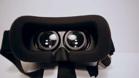 Η κάμερα κινεί αργό γύρω από τα γυαλιά εικονικής πραγματικότητας, vr, άποψη από τις διαφορετικές πλευρές στο άσπρο υπόβαθρο απόθεμα βίντεο