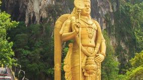 Η κάμερα κινεί τα πόδια προς τον επικεφαλής του αγάλματος Muragan στις σπηλιές Batu σε KL φιλμ μικρού μήκους