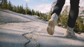 Η κάμερα κινηματογραφήσεων σε πρώτο πλάνο ακολουθεί τα αρσενικά πόδια στα άσπρα παπούτσια ερήμων που τρέχουν και που σταματούν στ φιλμ μικρού μήκους