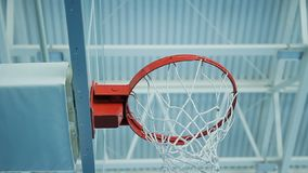 Η κάμερα κινηματογραφήσεων σε πρώτο πλάνο περιστρέφεται κάτω από τη στεφάνη καλαθοσφαίρισης που βρίσκεται στη γυμναστική απόθεμα βίντεο
