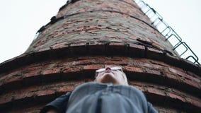 Η κάμερα μεταφέρεται από έναν μακρύ σωλήνα τούβλου στο πρόσωπο μιας γυναίκας απόθεμα βίντεο