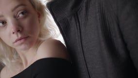 Η κάμερα παρουσιάζει αργά στο ξανθό μπλε eyed κορίτσι έπειτα νέο κοντό μαλλιαρό τύπο στο σακάκι απόθεμα βίντεο