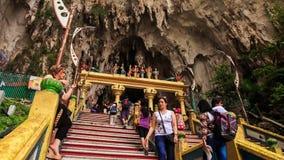Η κάμερα παρουσιάζει πόλη από το πίσω άγαλμα Murugan στις σπηλιές Batu απόθεμα βίντεο