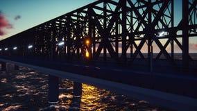 Η κάμερα πετά κατά μήκος της γέφυρας σιδηροδρόμων στο ηλιοβασίλεμα Περιτυλιγμένη ρεαλιστική ζωτικότητα απόθεμα βίντεο
