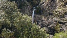 Η κάμερα πετά πέρα από την αιχμή βουνών και παρουσιάζει καταπληκτικό καταρράκτη, εναέριο απόθεμα βίντεο