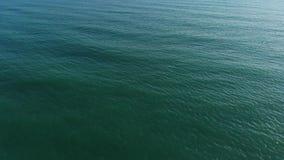 Η κάμερα πετά πέρα από τη θάλασσα προς το σαφή ορίζοντα Η άποψη της κάμερας ανέρχεται από τη θάλασσα στο σαφή ορίζοντα φιλμ μικρού μήκους
