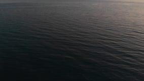 Η κάμερα πετά πέρα από τη θάλασσα προς το σαφή ορίζοντα στο ηλιοβασίλεμα Η άποψη της κάμερας ανέρχεται από τη θάλασσα στο σαφή φιλμ μικρού μήκους