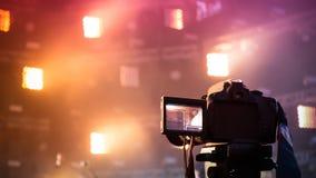 Η κάμερα πυροβολεί σε μια συναυλία στο υπόβαθρο της σκηνής Στοκ Εικόνες