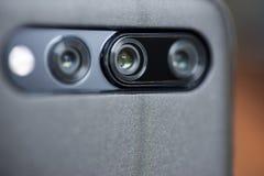 Η κάμερα στο τηλέφωνο κυττάρων Κινηματογράφηση σε πρώτο πλάνο καμερών Smartphone Κλείστε επάνω μιας κινητής τηλεφωνικών κάμερας,  στοκ εικόνα