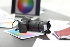 Η κάμερα, τα δείγματα υφάσματος και τα σκίτσα είναι στον υπολογιστή γραφείου Στοκ Εικόνες