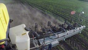 Η κάμερα τοποθετείται σε ένα τρακτέρ και ο καλλιεργητής αναλαμβάνει δουλειά σε έναν τομέα φιλμ μικρού μήκους