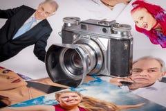Η κάμερα Foto είναι σε διάφορες εικόνες με τα πορτρέτα των ανθρώπων στοκ φωτογραφία