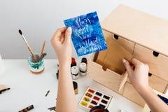 Η κάρτα εκμετάλλευσης χεριών κοριτσιών ` s με τα αστέρια λέξεων μπορεί ` τ να λάμψει χωρίς σκοτάδι Στοκ φωτογραφία με δικαίωμα ελεύθερης χρήσης