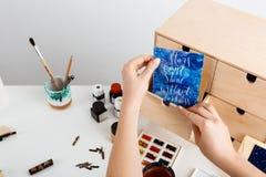 Η κάρτα εκμετάλλευσης χεριών κοριτσιών ` s με τα αστέρια λέξεων μπορεί ` τ να λάμψει χωρίς σκοτάδι Στοκ Φωτογραφία