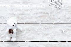 Η κάρτα ημέρας βαλεντίνων, snowflakes παιχνίδι αφορά την καρδιά το άσπρο ξύλινο ρομαντικό υπόβαθρο χειμερινών διακοπών, τοπ άποψη Στοκ Φωτογραφία
