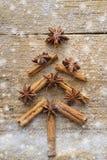 Η κάρτα Χριστουγέννων με το δέντρο έλατου Χριστουγέννων έκανε από τα ραβδιά κανέλας καρυκευμάτων, το αστέρι γλυκάνισου και τη ζάχ στοκ εικόνες