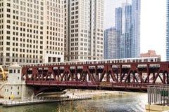 Η κίνηση ανύψωσε το τραίνο EL, μέρος του εικονικού συστήματος μεταφορών του Σικάγου ` s, που περνά πέρα από τον ποταμό του Σικάγο Στοκ Εικόνες