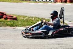 Η κίνηση ατόμων πηγαίνει kart στην πίσω άποψη διαδρομής Στοκ εικόνα με δικαίωμα ελεύθερης χρήσης