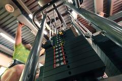 Η κίνηση θόλωσε το unrecognizable πρόσωπο που κάνει την ανώτερη μηχανή γυμναστικής έλξης στοκ εικόνες με δικαίωμα ελεύθερης χρήσης