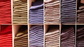 Η κίνηση του διάφορου είδους καλτσών στην επίδειξη κτυπά βίαια το γραφείο μέσα στο κατάστημα uniqlo απόθεμα βίντεο